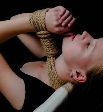 Chica practicar shibari
